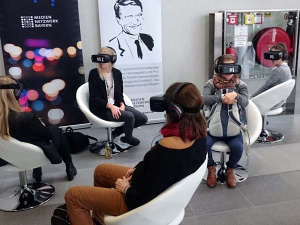 Besucher probieren Virtual Reality Brillen aus